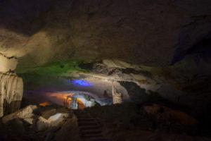 Зал со сталактитами, сталагмитами в Kong Lor Cave