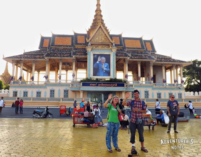 Портрет короля-отца Камбоджи Нородома Сианука на правительственном здании в Пномпень