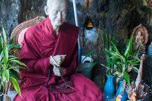 Монах на своде в пещеру Tham Sao Hin Payanak